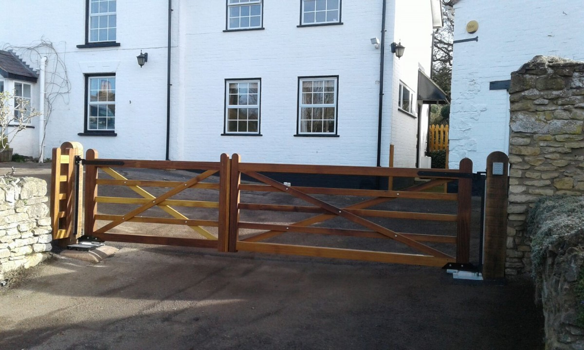 Wooden Gates 90 - TPS Electric Gates